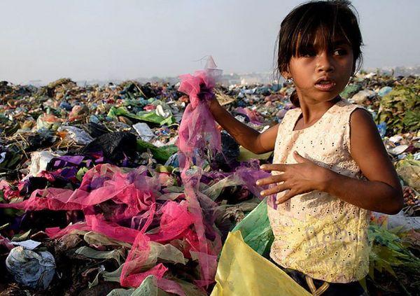 ゴミを漁る少女.jpg
