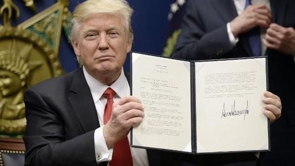 トランプ大統領令にサイン.jpg