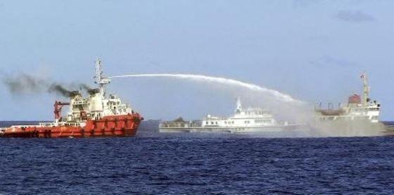 中国ベトナム海上警察に放水.jpg