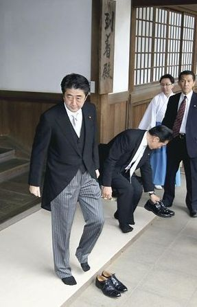 安倍首相靖国参拝2.jpg
