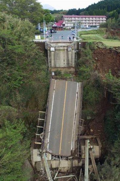 阿蘇大橋崩落2.jpg